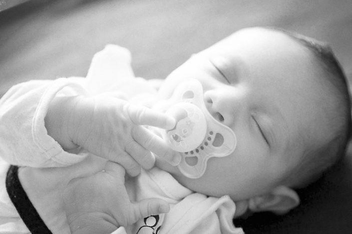 Portrait bebe endormi avec tetine