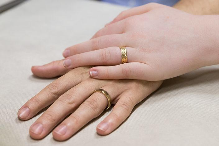 Gros plan mains alliances maries