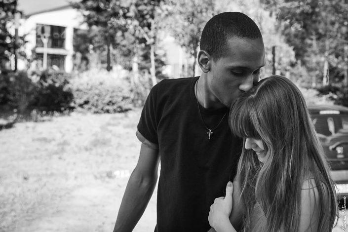 couple amoureux en noir et blanc