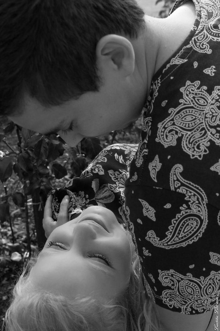 regard amoureux en noir et blanc
