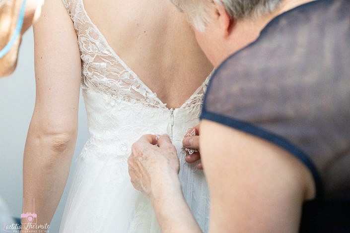 Preparatifs mariage ajustement robe